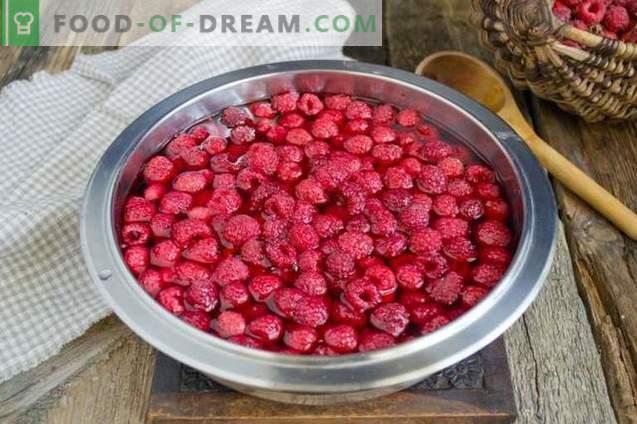 Dicke Himbeermarmelade mit ganzen Beeren