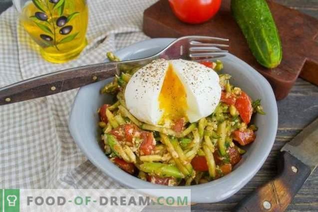 Salat mit Avocado, Tomaten und Gurken
