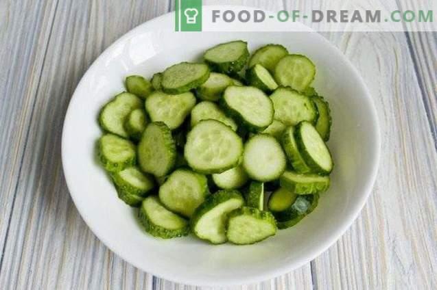 Gurkensalat mit Paprikaschoten für den Winter