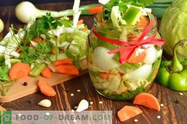 Salat von eingelegtem Gemüse für den Winter