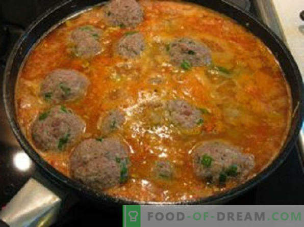 Wie man Fleischbällchen mit Bratensoße in einer Pfanne, in Sauerrahmsoße, ohne Reis und mit Hühnchen zubereitet