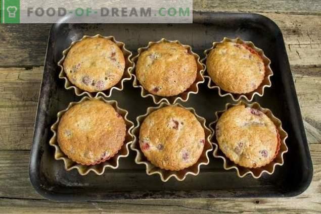 Muffins auf mit Erdbeeren gefülltem Kefir
