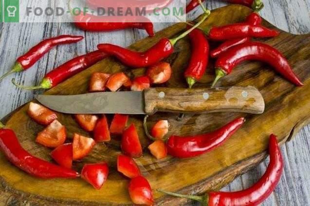 Salat von eingelegtem Gemüse mit Chili und Minze für den Winter
