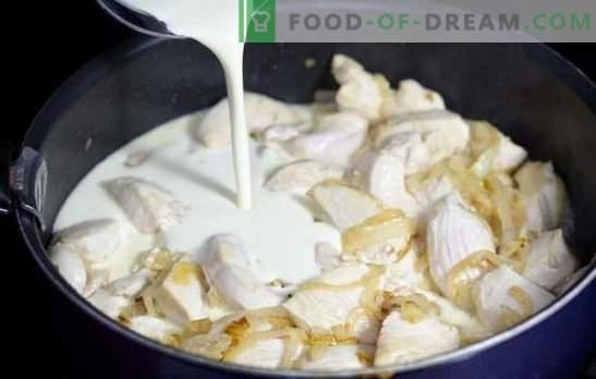 Hühnchen in Sahnesauce in einer Pfanne ist zart! Hähnchen in einer cremigen Sauce in einer Pfanne mit Gemüse, Pilzen, Käse