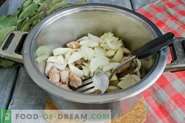 Borschtsch mit Fleisch- und Rübenoberteilen.