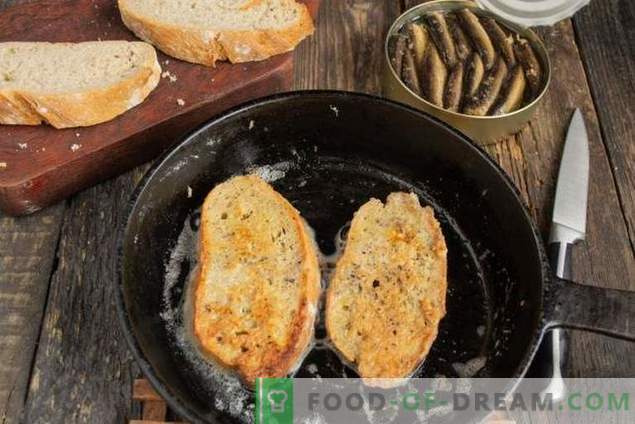 Sandwiches mit Sprotten auf dem Feiertagstisch
