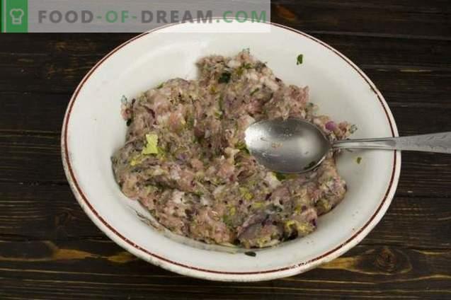 Pastete mit Fleisch und Pilzen im Ofen