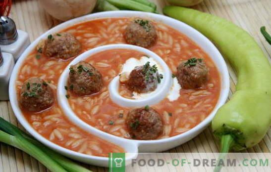 Zupa z klopsikami i ryżem to prawdziwe znalezisko na pyszny lunch. Przepisy na klopsik i zupę ryżową