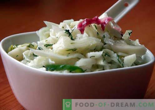 Salat mit eingelegten Zwiebeln - eine Auswahl der besten Rezepte. Wie man richtig und lecker einen Salat mit eingelegten Zwiebeln zubereitet.