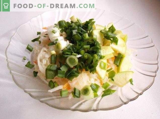 Salat von Sauerkrautsalat mit Apfel und Frühlingszwiebeln