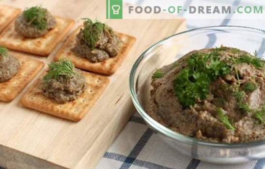 Pilzkaviar von Pilzen mit Gemüse, Pfeffer und Gewürzen. Fertiger Pilzkaviar aus Pilzen in einer Pfanne, Pfanne und einem Langsamkocher