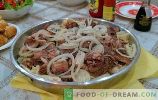 Selbst gemachter Beshbarmak - ein Gericht der Turkvölker. Beshbarmak zu Hause mit Lamm, Rebhuhn, Truthahn, Schweinefleisch