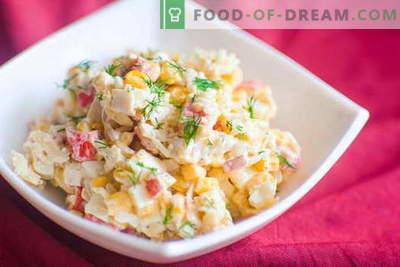 Krabbensalat - die besten Rezepte. Wie man richtig und lecker einen Salat mit Krabbenstäbchen zubereitet.