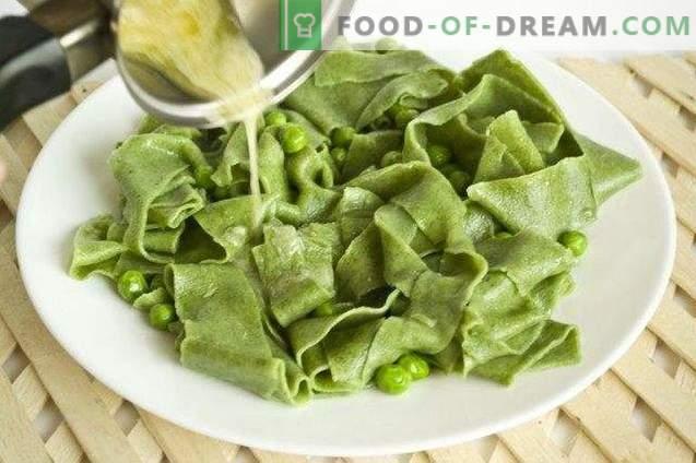 Hausgemachte Nudeln mit Spinat und Erbsen-Sauce