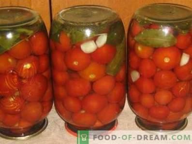 Gesalzene Tomaten für den Winter in Banken