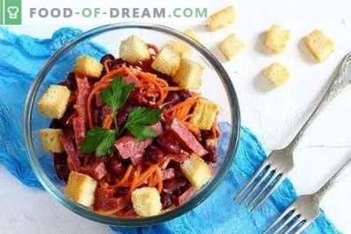 Salate mit Wurst und Bohnen