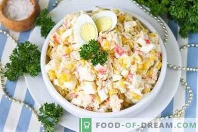 Wie man einen Salat mit Krabbenstäbchen zubereitet
